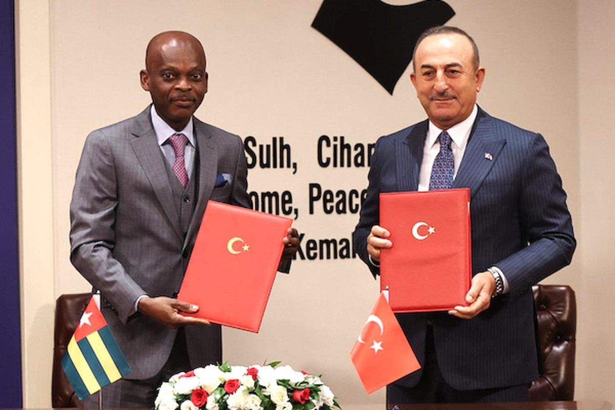 Le chef de la diplomatie togolaise Robert Dussey et son homologue turc Mevlüt Çavuşoğlu